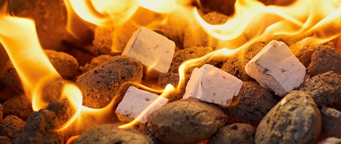 Ob ökologische Grillanzünder oder Anzünder aus Naturholz: Wir haben alles für Kamin und Grill!